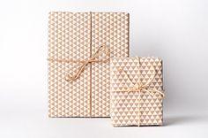 Blanc sur Kraft Triangle Wrap par NormansPrintery sur Etsy, $10.00