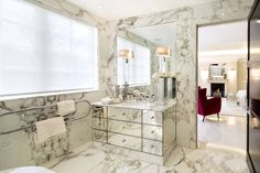 homify / Celia Sawyer Luxury Interiors: Bagno in stile translation missing: it.style.bagno.moderno di Celia Sawyer Luxury Interiors