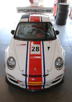 Branco com listra vermelha e azul, todas as estrelas # 28 Porsche tipo 997 GT3 Cup car_ vista frontal na garagem _California Festival de Speed_4 / 5/14