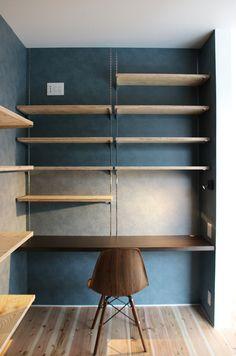 書斎です。 机として濃い色の木材のカウンターを設置しました! ネイビーのクロスと相性抜群ですね♪ 収納は全て可動棚で見せる収納にしました(^^) Home Office Design, House Design, Woodworking Shop Layout, Study Nook, Kids Room Wallpaper, Workspace Inspiration, Love Your Home, Hanging Shelves, Office Interiors