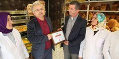 """Rize Belediye Başkanı Prof. Dr. Reşat Kasap, bir fırın tarafından uygulanan """"Askıda Ekmek"""" kampanyasına 40 ekmek bağışladı."""