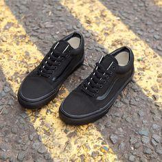 Keep it simple, keep it smart. The Vans Old Skool in all black are a favourite. Cool Vans Shoes, Vans Shoes Women, Kid Shoes, Me Too Shoes, Shoe Boots, Awesome Shoes, All Black Vans, All Black Sneakers, Old Skool Black