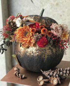 Deco Floral, Arte Floral, Fall Wedding Decorations, Thanksgiving Decorations, Halloween Flowers, Classy Halloween, Pumpkin Flower, Pumpkin Centerpieces, Autumn Decorating