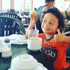 Sisiisiii Nico desayuno completo su huevito... Jijijiii ahora si, tranquila a seguir disfrutando de la vida en la playa y la piscina... Entraa viancayoscar.com #estilodevida #estoyfeliz #conecta2enlared #pasionporlalibertad