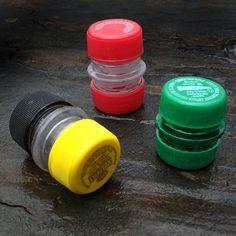 Mini-contenants étanches à partir de bouchons de bouteilles plastique ! Couper et poncer les goulots de 2 bouteilles (de même taille), les coller l'un à l'autre, puis visser les bouchons de chaque côté. Facile !