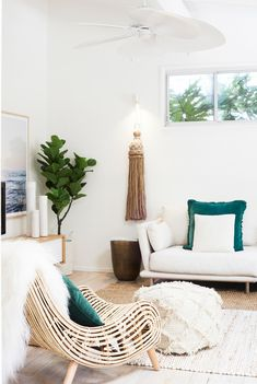 THE BEACH SHACK // Beachy decor. Living room in neutrals with pop of teal