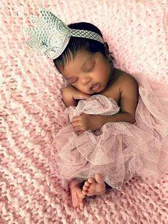 Cute Black Babies, Beautiful Black Babies, Cute Little Baby, Cute Babies, Newborn Baby Photos, Baby Girl Newborn, Cute Baby Wallpaper, Baby Swag, Gender Neutral Baby