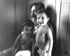 Chico Mendes em sua casa, em Xapuri (ACRE), com seus dois filhos, Elenira e Sandino Mendes.