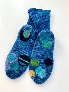 Parsittu ja paikattu: Riitta Kahelin - Taitojärjestö Flip Flops, Socks, Sandals, Women, Fashion, Moda, Shoes Sandals, Fashion Styles, Beach Sandals