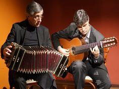 """Na sexta-feira, dia 21 de março, o StudioClio recebe nova apresentação do espetáculo """"Tango - Show Histórico"""", conduzido por Carlitos Magallanes, no bandoneon, e Maurício Marques no violão de 8 cordas."""