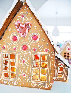 <p>Här får du bästa inspirationen till pepparkakshuset. Gillar du överdekorerade eller mer minimalistiskt estetiska pepparkakshus? Du hittar inspirationen här!</p>