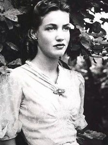 Edith Bouvier Beale (November 1917 – circa January was an American socialite, fashion model and cabaret performer. She was a first cousin of Jacqueline Kennedy Onassis and Lee Radziwill. Los Kennedy, Jacqueline Kennedy Onassis, Caroline Kennedy, Edie Bouvier Beale, Edie Beale, Gray Gardens, Foto Fashion, Fashion Shoot, High Fashion