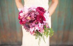 Ein klassischer Brautstrauß unterstreicht die Schönheit der Braut – Foto: fallromance styled