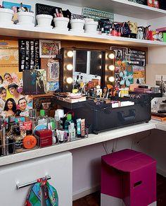 A penteadeira é formada pela maleta profissional de maquiagem, comprada no bairro da Liberdade, em São Paulo, pela estilista Adriana Barra. No fundo da bancada, fica um painel para fotos e papéis