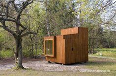 Small wooden cabin in Europe - Cabina de jardín moderna pequeña hecha de madera y desarrollada en Dinamarca.