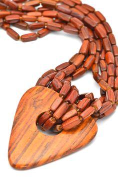 nouveau collier en acajou et son pendentif triangle.   #bijouxbois   #bijouxessenciel #boisprecieux