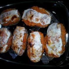 Patatas rellenas de atún, tomate frito y queso. Ñam,ñam.