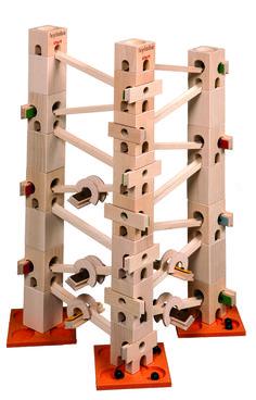 In diesem Kugelbahn-Baukasten sind alle Bauteile und Klangplatten (59 Teile) drin, um die Melodienbahn - Row, row, row your boat - aufzubauen und abzuspielen.  Es gibt auch ein Komplett-Set, mit diesem können alle 12 Melodien vollständig aufgebaut werden.