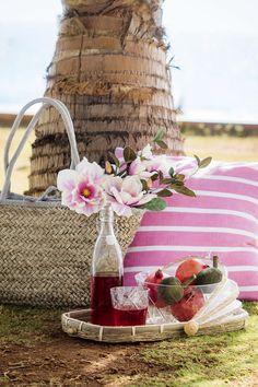 #Kremmerhuset #servering #serveringsbrett #kurv #flaske #saftflaske #frukt #sommer #utendørs #skål #glass #summer #serving #tray #bottle #interiør #sol #varme #stilleben #miljøbilde #mumbai #piknik #picnic #putetrekk #Pillow #flowers #blomster