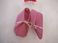 sapatinhos de origami em tecido engomado, 100% algodão, com cordão encerado e ventosa para fixar em qualquer superfície lisa (vidro, espelho, geladeira), ótima sugestão para lembrancinha de nascimento e batismo. Várias estampas disponíveis. R$ 20,02