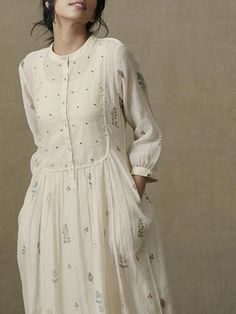"""Pasture Dress : Pasture Dress/////Not sure what a """"pasture dress"""" is but I love this dress! Looks very comfortable and has such a sweet temperament! Love the soft creamy white color as well and the likely light-tempered linen fabric! Kurta Designs Women, Blouse Designs, Linen Dresses, Cotton Dresses, Dresses Dresses, Vestido Dot, Mode Cool, Casual Dresses For Women, Clothes For Women"""