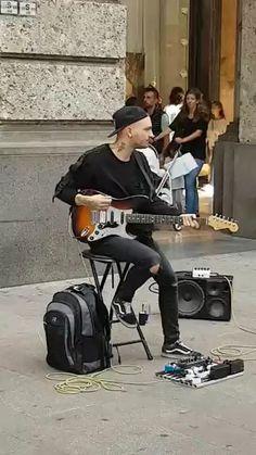 guitarrista toca ACDC na rua:videos de musicas bandas de rock metal cover engraçados tiktok youtube cute fofos para status Guitar Chords For Songs, Guitar Solo, Guitar Art, Music Guitar, Cool Guitar, Piano Music, Guitar Lessons, Playing Guitar, Beste Gif
