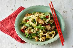 Cut back on your carbs without even noticing. This clever cauliflower fried rice is a winner for mid-week dinners. Low Cal Chicken Recipes, No Carb Recipes, Veg Recipes, Healthy Recipes, Healthy Chicken, Low Cal Dinner, Healthy Cooking, Healthy Eating, Paleo On The Go