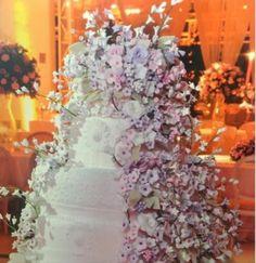 Dicas para noivas e debutantes para fazer um evento de luxo: Mega bolo com mini flores de açucar by Simone Amar...