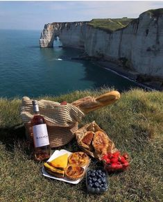 Picnic Date Food, Picnic Time, Picnic Foods, Nature Aesthetic, Summer Aesthetic, Aesthetic Food, Northern Italy, Dream Life, Aesthetic Pictures