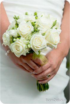 brudbukett vita rosor - Google Search Wedding Bouquets, Wedding Dresses, Flower Fashion, Buttonholes, Wedding Accessories, Big Day, Wedding Decorations, Pretty, Flowers