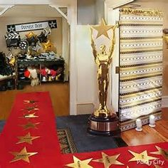 Hollywood Party Ideas for the Oscars - Party City Red Carpet Theme, Red Carpet Party, Hollywood Birthday Parties, Hollywood Theme, Hollywood Decorations, Movie Themes, Party Themes, Party Ideas, Themed Parties