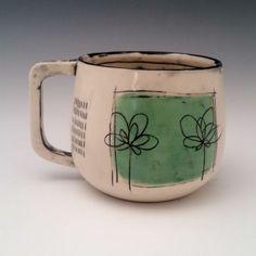 Se trata de una taza de porcelana hecha a mano, lanzada en la rueda y recortada en forma. El mango es handcut de una losa de porcelana, lo que es el tamaño perfecto y la forma y se siente tan bien en sus manos. El diseño floral y puntada está tallado en la taza con una mano en un bloque de color verde claro. Negra bajo vidriado entonces está incrustada en la talla para resaltar el diseño y hacer pop. Le encanta sentir los detalles cuando se utiliza esta taza.  3,5 pulgadas de alto, apertura…