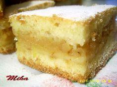 Mod de preparare Prajitura turnata cu mere: Merele se dau pe razatoarea mare si se calesc impreuna cu zaharul, untul si scortisoara. Se lasa la racit pana este gata aluatul. Mixam foarte bine ouale cu un praf de sare, pana isi dubleza volumul. Adaugam zaharul, vanilia, uleiul treptat ca la… No Cook Desserts, Apple Desserts, Sweets Recipes, Cake Recipes, Cooking Recipes, Romanian Food, No Bake Cake, Cake Cookies, Vanilla Cake