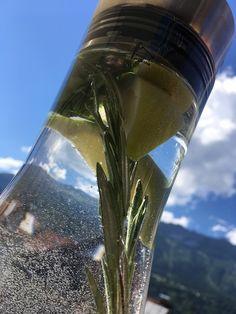 Frisches Wasser mit Eiswürfel, frischen Rosmarin, Bio-Zitrone und frischer Minze. #getränke #minze #rosmarin #wasser Fitness, Lemon, Water