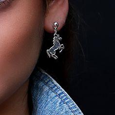 Zilveren oorstekers met een paard http://www.dczilverjuwelier.nl/zilveren_oorbellen