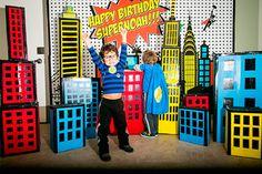 Reunión de superhéroes en su fiesta de cumpleaños