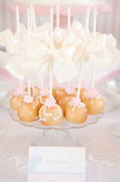 Unos preciosas cake pops, idóneos para una fiesta comunión, un bautizo, un baby shower, una boda... Via blog.fiestafacil.com / Lovely cake pops, ideal for a first communion party, a baby shower, a baptism, a wedding... Via blog.fiestafacil.com