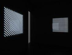 François Morellet, Néons 0°, 45°, 90°, 135° avec 4 rythmes d'éclairage interférents, 1963-2011  Tubes de néon blancs sur panneaux métalliques, système électrique avec clignoteur  Réinstallations, Centre Pompidou, 2011  Collection de l'artiste  Photo Philippe Migeat - © Adagp, Paris