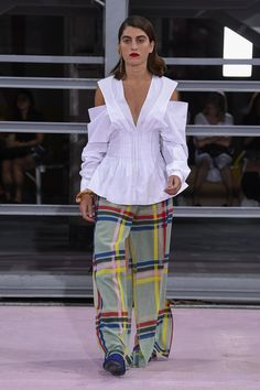 Maison Rabih Kayrouz Spring 2019 Ready-to-Wear Fashion Show Collection: See the complete Maison Rabih Kayrouz Spring 2019 Ready-to-Wear collection. Look 14 Fashion Week, Fashion Pants, Runway Fashion, High Fashion, Fashion Outfits, Maison Rabih Kayrouz, Plain White T Shirt, Edgy Dress, Creation Couture