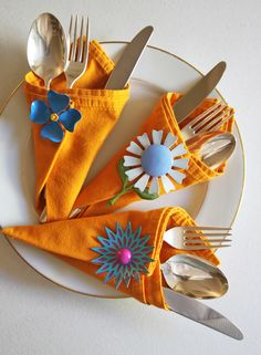 Use vintage brooches / Table top styling with Justina Blakeney