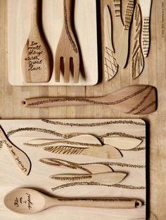 DIY med doft av slöjdsal. MAGASIN skärbräda RÖRT gaffel och skedar, TERAPI smörknivar.