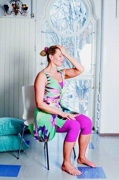 1. a) Oikaise ryhti istumalla tuolin etureunalle. Paina uloshengityksellä vasenta kämmentä otsaa vasten, kunnes tunnet kaulan lihasten jännittyvän. Hellitä sisäänhengityksellä.