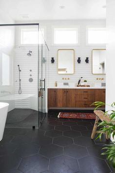 Mid-century modern is a beautiful, aesthetic interior, and there are clues worth taking this style in order to give a vintage look to your bathroom. Mid Century Modern Bathroom, Modern Master Bathroom, Modern Bathroom Design, Black And White Master Bathroom, Minimal Bathroom, Master Bathrooms, Bathroom Designs, Bad Inspiration, Bathroom Inspiration
