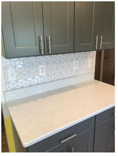 Cube Backsplash, White Quartz, Gray Cabinet