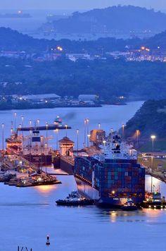 El Canal de Panama tiene un puerto y las personas pueden transportar en barco. (Panama)