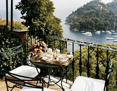 The Hotel Splendido, located in one of Italy's most famous summer resorts, epitomizes comfort, service and style. Beautiful Places To Visit, Beautiful World, Portofino Italy, Living In Italy, Around The World In 80 Days, Condo Decorating, Apartment Balconies, Famous Places, At The Hotel