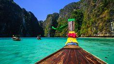 Lodě s typickou přídí brázdí křišťálově čisté zátoky Andamanského moře.