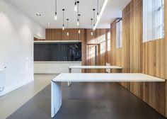 Una buena idea: mesas abatibles en espacios de trabajo polivalentes