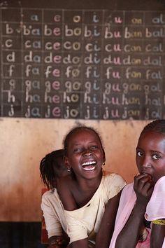 škola v Niamey - Tři čtvrtiny obyvatel jsou negramotné. Úředním jazykem v zemi je francouzština.