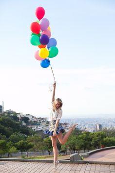 Parece que hay un nuevo accesorio (sin sentido) en las fotos bloggeras: globos, bienvenidos sean